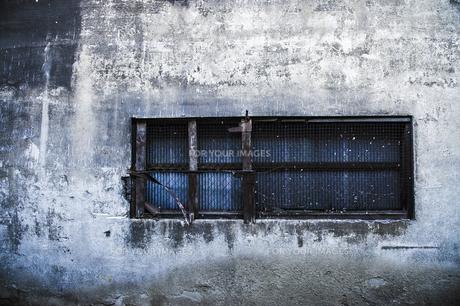 廃墟の窓の写真素材 [FYI00226532]