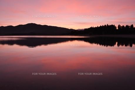 朝焼けのテカポ湖の写真素材 [FYI00226675]