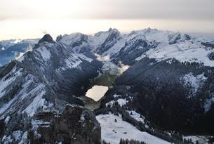 スイス 雪山と湖の写真素材 [FYI00227076]