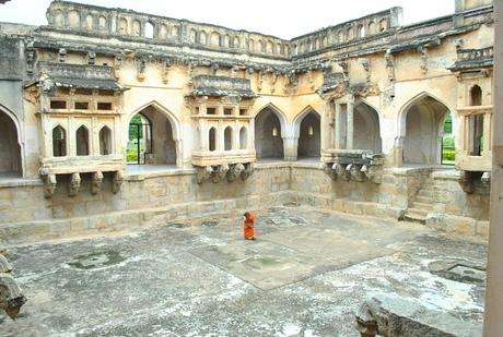 インド 遺跡を掃除する女性の写真素材 [FYI00227084]