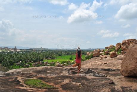 ヨガをする女性 インドの写真素材 [FYI00227086]
