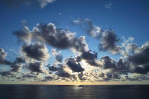 早朝の光芒の写真素材 [FYI00227834]