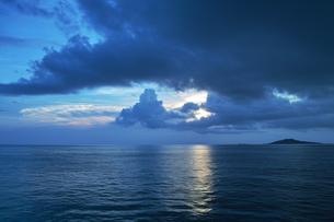 早朝の海の写真素材 [FYI00227841]