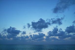 日の出前の風景の写真素材 [FYI00227842]