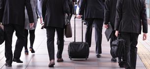 通勤途中のビジネスマンの写真素材 [FYI00227864]