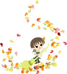 箒でカラフルな落ち葉の掃除をする女性。の写真素材 [FYI00227989]