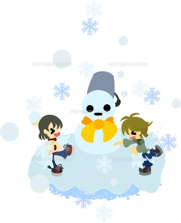 雪だるまを作り、雪合戦を楽しむ子どもたち。の写真素材 [FYI00228003]