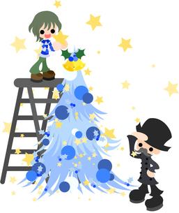 少年が青いクリスマスツリーを飾り付け、おじいさんがそれを眺めている。の素材 [FYI00228022]