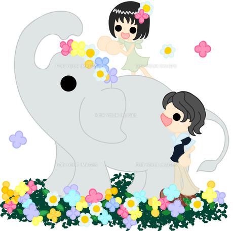 花畑を歩く象に、花冠を被せる女の子。の写真素材 [FYI00228102]