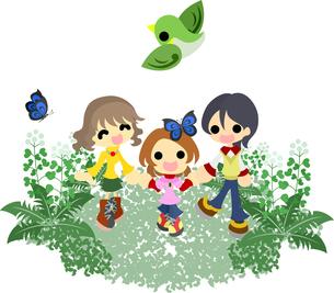 野原で楽しく散歩する家族の写真素材 [FYI00228112]