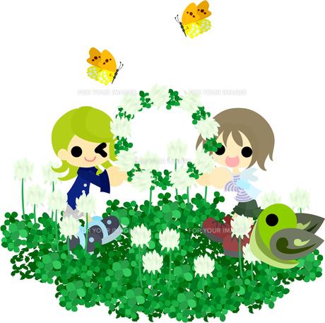 シロツメクサの花畑で花冠を作る女の子たちの写真素材 [FYI00228121]