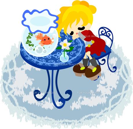 金魚鉢が置かれた青色のテーブルで眠る少女の写真素材 [FYI00228133]