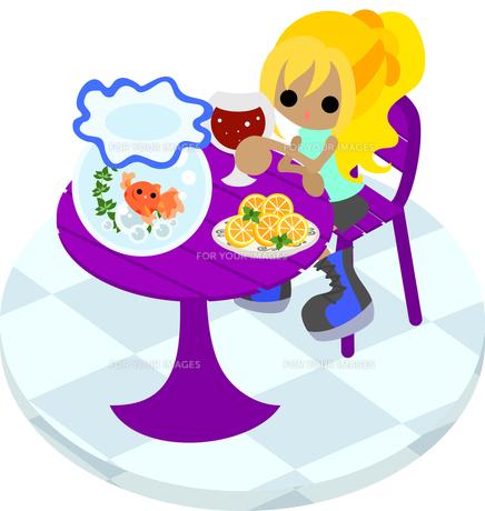 紫色のテーブルで金魚鉢を眺めながらジュースを飲む女性の写真素材 [FYI00228139]