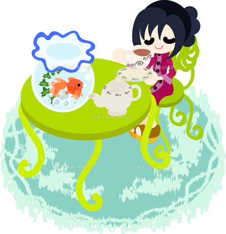 金魚鉢が置かれた緑のテーブルでお茶をする女性の写真素材 [FYI00228148]
