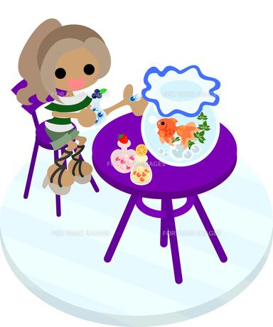金魚鉢が置かれた紫のテーブルに座って飴を食べる女の子の写真素材 [FYI00228153]