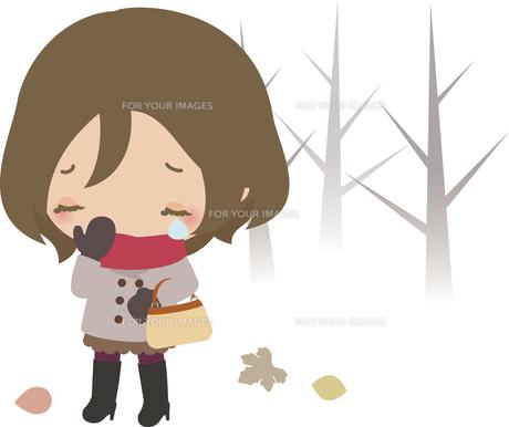 泣きながら冬の道を歩く若い女性の写真素材 [FYI00228344]