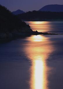 月明かり輝く瀬戸の海の写真素材 [FYI00228702]