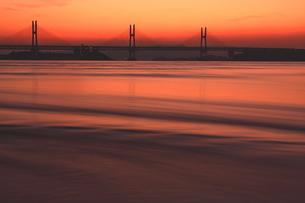 潮流動く瀬戸大橋の朝焼けの写真素材 [FYI00228706]