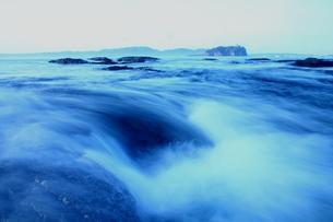 潮流動く朝の海の写真素材 [FYI00228712]