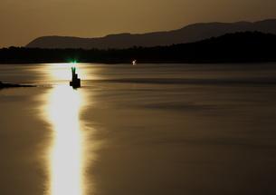 月光の光りに潮が動く瀬戸の海の写真素材 [FYI00228713]