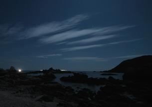 月明かりの夜の海岸の写真素材 [FYI00228718]