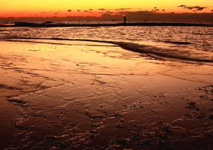 潮動く夕焼けの和歌山、天神崎海岸の写真素材 [FYI00228721]