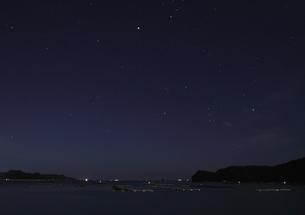 月明かりの紀伊勝浦の夜の海の写真素材 [FYI00228724]