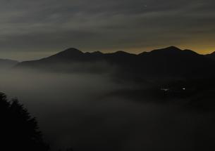 夜、雲海湧く丸山千枚田の写真素材 [FYI00228732]