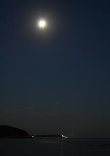 月明かりの海岸の写真素材 [FYI00228735]