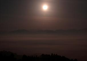 月明かりに湧く夜の雲海の写真素材 [FYI00228754]