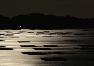 月明かり輝く瀬戸内海、虫明湾の写真素材 [FYI00228767]