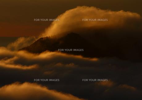 雲海立ち上がる秋の朝の素材 [FYI00228774]
