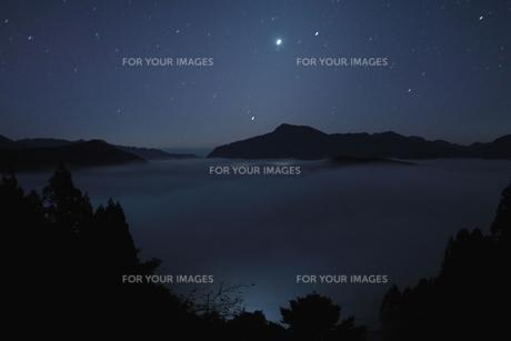 夜中に湧く山の雲海の写真素材 [FYI00228777]