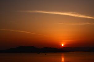 瀬戸に沈む夕日の素材 [FYI00228860]