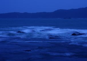 夕暮れ潮動く和歌山、枯木灘海岸の写真素材 [FYI00228862]