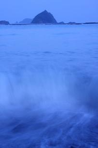 波動く朝の海岸の写真素材 [FYI00228870]