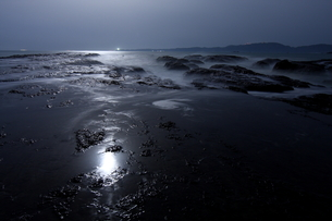 月明かりの和歌山 枯木灘海岸の写真素材 [FYI00228881]