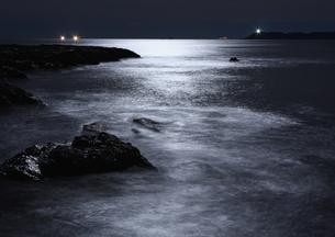 月明かりの和歌山、枯木灘海岸の写真素材 [FYI00228882]