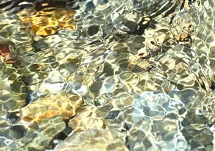 万華鏡のような夏の渓流の写真素材 [FYI00228918]