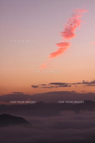 朝焼け染まる山の朝の写真素材 [FYI00228925]