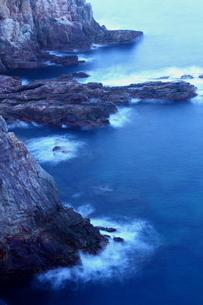 波湧く断崖の海岸の写真素材 [FYI00228945]