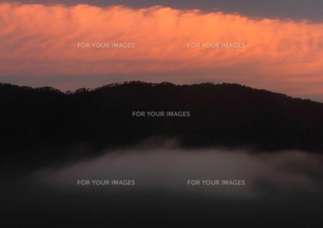 朝焼け光る山の朝の写真素材 [FYI00228951]