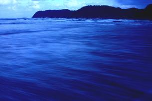 波動く冬の日本海の写真素材 [FYI00229027]