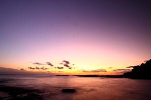 夕焼け染まる和歌山、枯木灘海岸の写真素材 [FYI00229029]