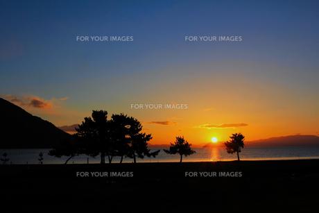 琵琶湖の朝日の写真素材 [FYI00229786]