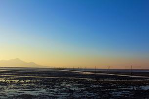 干潮時の長部田海床路の写真素材 [FYI00229809]