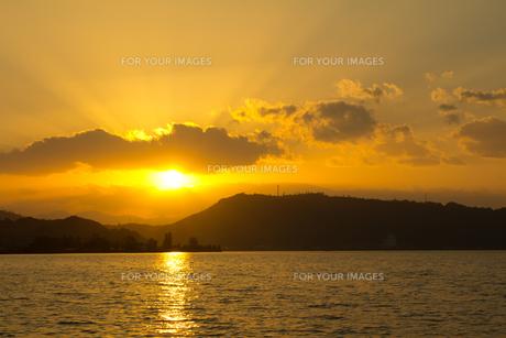 東郷湖の夕日の写真素材 [FYI00229810]