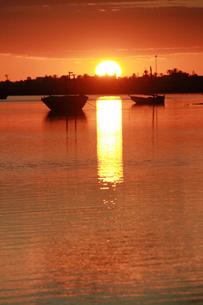 ケルケナ諸島の落日(縦)の写真素材 [FYI00229936]