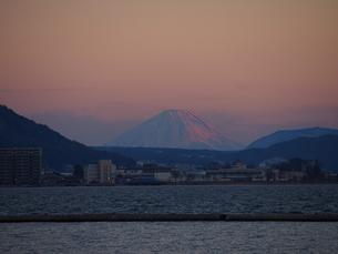 諏訪湖から望む富士山の写真素材 [FYI00230108]