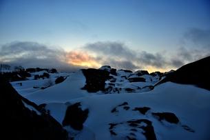 山に沈む夕日の素材 [FYI00230153]